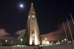 Церковь во время ночи зимы, Reykjavik Hallgrimskirkja, Исландия Стоковая Фотография