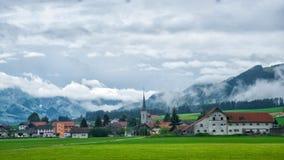 Церковь в деревне Charmey на Prealps в грюйере Fribourg Швейцарии Стоковые Фото