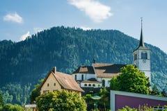 Церковь в деревне Charmey на Prealps в швейцарце Fribourg грюйера Стоковая Фотография RF