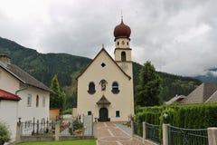 Церковь в деревне Jerzens, Pitztal, Австрии стоковое изображение rf