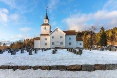 Церковь в зиме с снегом и голубое небо в Iveland Норвегии Стоковая Фотография RF