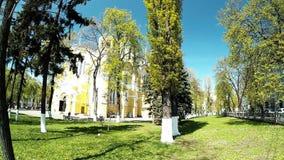 Церковь в парке с золотыми и голубыми куполами, Киевом, Украиной сток-видео
