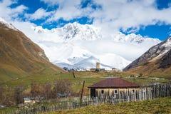 Церковь в подлинной деревне высоко-горы в montains стоковая фотография rf