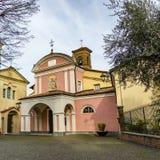 Церковь в средневековой деревне Barolo стоковая фотография rf