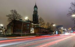 Церковь Гамбург Германия michaelis St на ноче стоковое фото