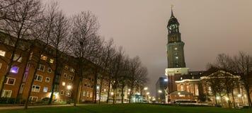 Церковь Гамбург Германия michaelis St на ноче стоковое изображение
