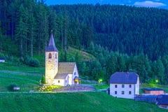 Церковь горного села на сумраке Стоковое Изображение