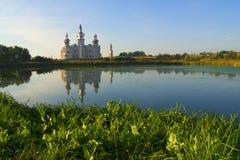Церковь заступничества бог матери на Nerl Старая русская съемка в вечере лета, на заходе солнца Стоковое Изображение