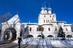 Церковь значка нашей дамы Казани в имуществе Kolomenskoye, туристе фотографирует Стоковое Изображение RF