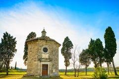 Церковь и кипарисы оратории Сан Guido. Maremma, Тоскана, I стоковые фото