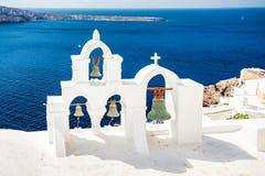 Церковь и колоколы Santorini белые Стоковое Изображение
