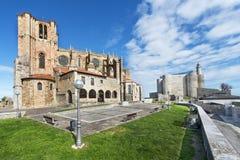 Церковь и маяк в Castro Urdiales, Кантабрии, Испании. стоковые фотографии rf
