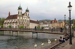 Церковь и пешеходный мост иезуита на реке Reuss, Люцерне, Switzerla Стоковое Изображение
