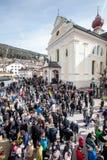 Церковь и толпа верного Пасха в Ortisei, Италии стоковые изображения