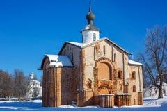 Церковь кирпича зимы старая старая в Новгороде стоковое изображение rf