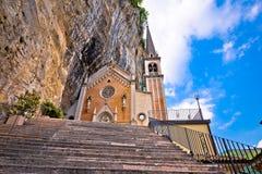 Церковь короны della Madonna на утесе Стоковая Фотография