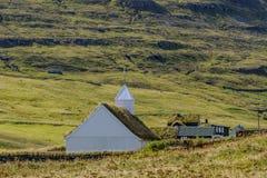 Церковь лютеранина в деревне Saksun на острове Streymoy в Фарерских островах, Дании Стоковая Фотография