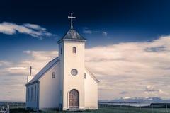Церковь лютеранина Flateyjarkirkja белая с лугом в переднем плане Стоковые Изображения RF