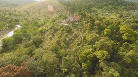 Церковь на холме в деревне Malbato philippines Coron PALAWAN вид с воздуха сток-видео