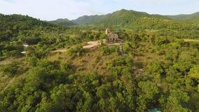 Церковь на холме в деревне Malbato philippines Coron PALAWAN вид с воздуха акции видеоматериалы