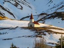 Церковь на холме в Vik, южной Исландии Стоковая Фотография