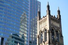 Церковь около небоскребов стоковая фотография