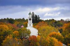 Церковь окруженная цветами осени стоковые фото