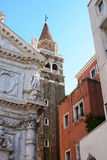 Церковь, дома и колокольня возвышаются в Венеции Стоковые Изображения