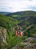 Церковь под холмом стоковые изображения rf