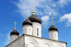 церковь правоверная Куполы монастыря Uspenskiy в голубом небе Стоковая Фотография