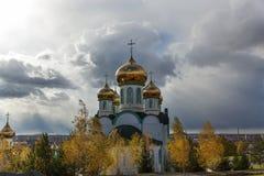 церковь придает куполообразную форму: золотистое правоверное Стоковая Фотография