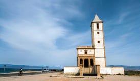 Церковь пляжа и Salinas San Miguel, взятие в Cabo de gata, Альмерии, Испании стоковое фото