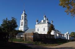 Церковь рождества благословленной девственницы в деревне старое поселение Pereslavl-Zalessky Россия стоковая фотография