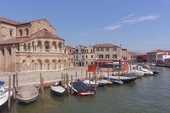 Церковь Сан Donato в Murano, перед строкой причаленной шлюпки Стоковое Изображение RF