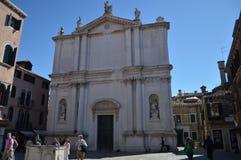 Церковь Сан Tomas Белая церковь фасада предназначена к St. Thomas апостол в Венеции Перемещение, праздники, архитектура марш стоковые изображения rf
