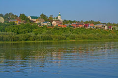 Церковь святой троицы среди сельских домов на реке Oka в городе Kasimov, России Стоковые Изображения