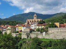 Церковь Свят-Juste-et-Sainte-Ruffine в средневекового огороженного Prats-de-Mollo-Ла-Preste городка, Пиренеи-Orientales в южном стоковое фото rf