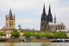 Церковь собора и St Martin Кёльна на реке Рейне, Кёльне, Германии Стоковые Фотографии RF