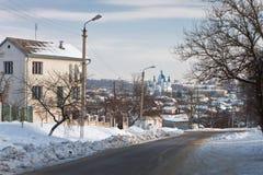Церковь среди городского ландшафта, под деревом Стоковое Фото