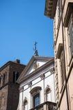Церковь с рогачи возглавляет над фасадом в Риме Италии который имеет книги как главным образом тема Стоковое Фото