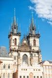 Церковь с шпилем возвышается в Праге, чехии Стоковое Изображение RF