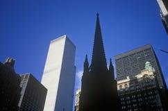 Церковь троицы от уровня улицы, Нью-Йорка, NY Стоковые Фотографии RF