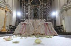 Церковь украшенная с цветками для свадьбы Стоковые Изображения