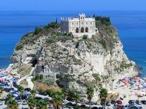 Церковь утеса Tropea около пляжа песка Стоковые Фото
