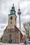 Церковь ans St Mary башни телевидения в Берлине, Германии Стоковые Изображения