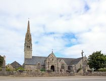 Церковь Beuzec, типичной архитектуры бретонца Один день в пасмурной погоде & x28; Finistère, Бретань, France& x29; Стоковое Изображение RF