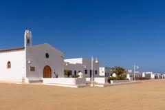 Церковь Caleta del Sebo на isla Graciosa, Канарских островах, Испании стоковые фотографии rf