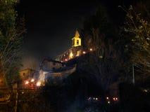 Церковь Equi Terme к ноча, с туманом, туман загорано стоковая фотография rf