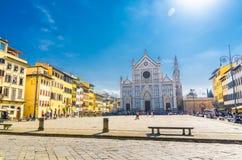 Церковь Firenze di Santa Croce di базилики и аркада Calcio Storico Fiorentino традиционного флорентийского футбола во Флоренс стоковые изображения rf