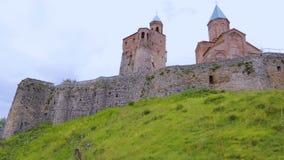 Церковь Gremi Архангелов стоя на зеленом холме, старой архитектуры, Georgia сток-видео